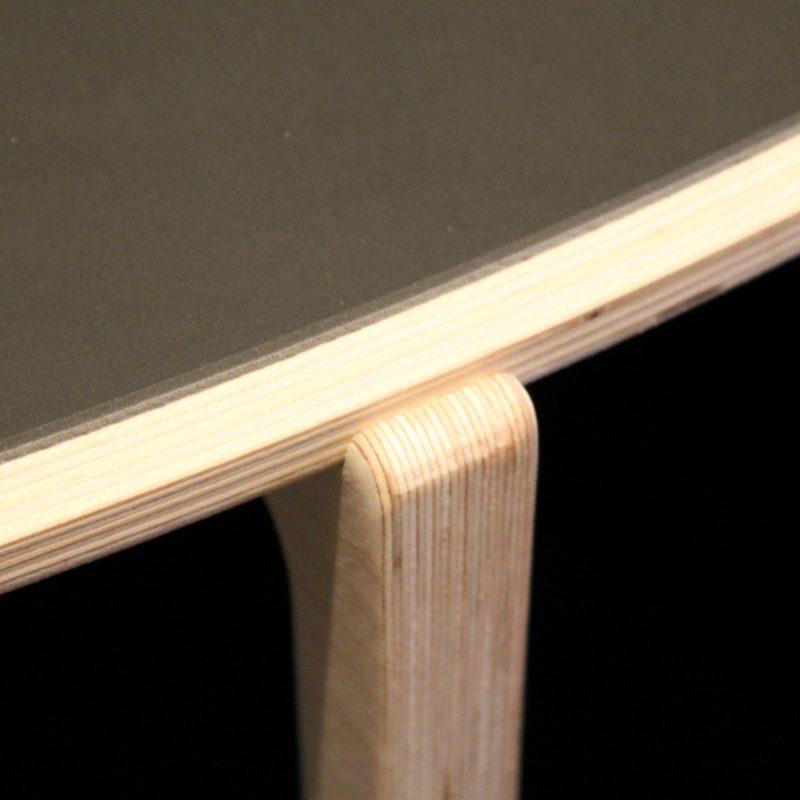 Ovalt sofabord med linoleumsbelægning.