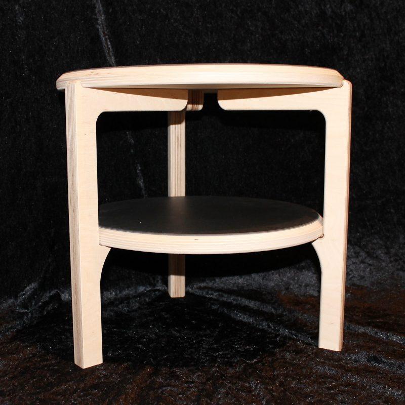 Sofabord/ sidebord. Lille rundt bord på tre ben, fremstillet i lys birketræsfinér, med linoleumsoverflade.