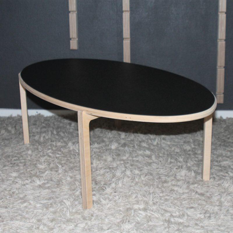 Smukt ovalt sofabord, som vil klæde ethvert moderne hjem..